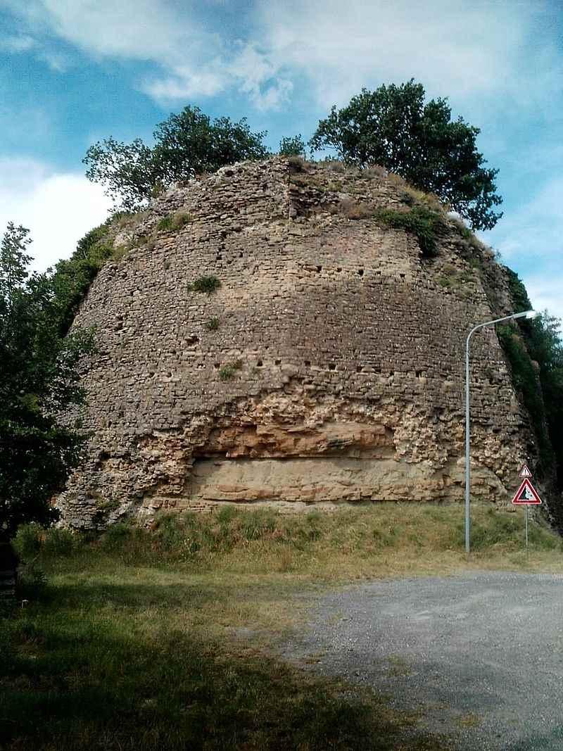 фото останков бастиона замка Giaggiolo недалеко от Форли