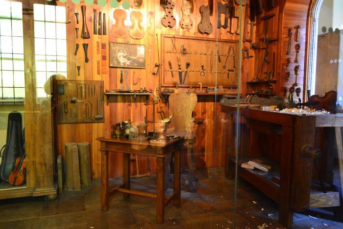 ото мастерской по изготовлению скрипок в Музее науки и техники имени Леонардо да Винчи Милан