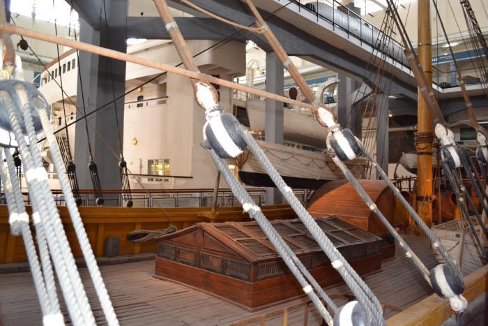 фото второго плана с настоящим современным морским судном