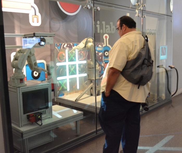 """фото робота, играющего с посетителями Национального музея науки и технологий Леонардо да Винчи""""Милан"""