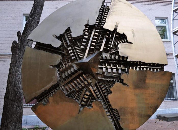 фото Солнечного диска Арнальдо Помодоро. Москва.