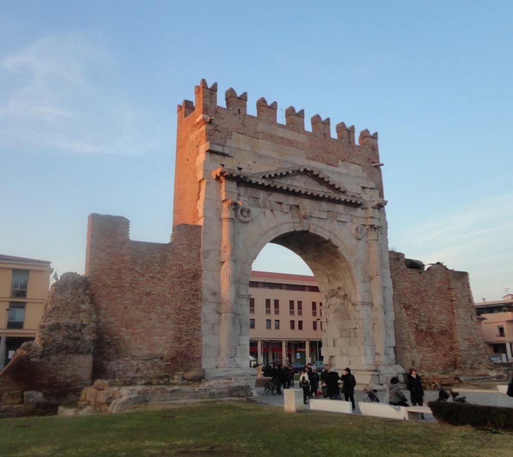 фото Арка Августв в центре Римини