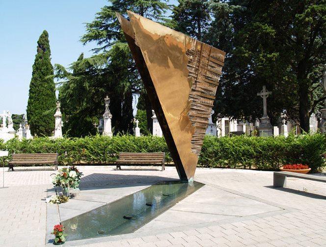 фото памятника Феллини на кладбище в Римини