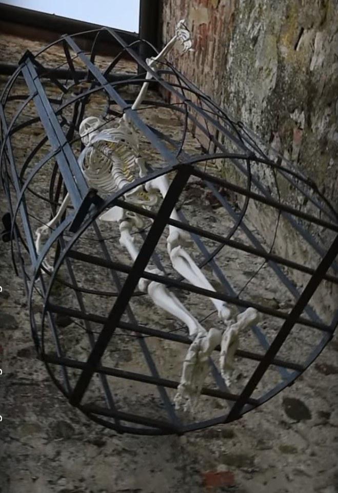 фото подвесной клетки, где держали узников