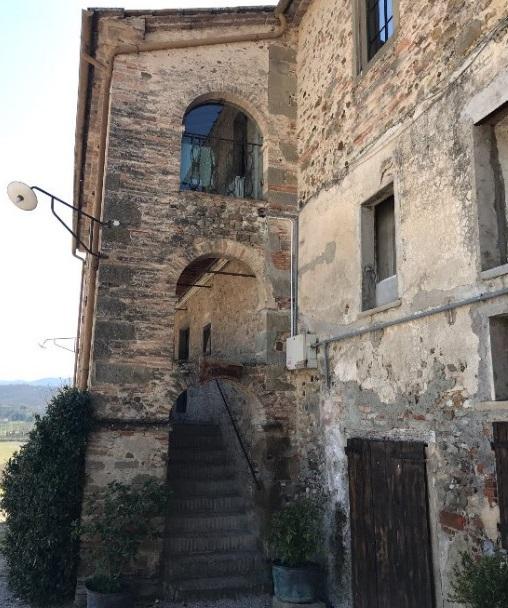 Вход в замок castello di Sorci