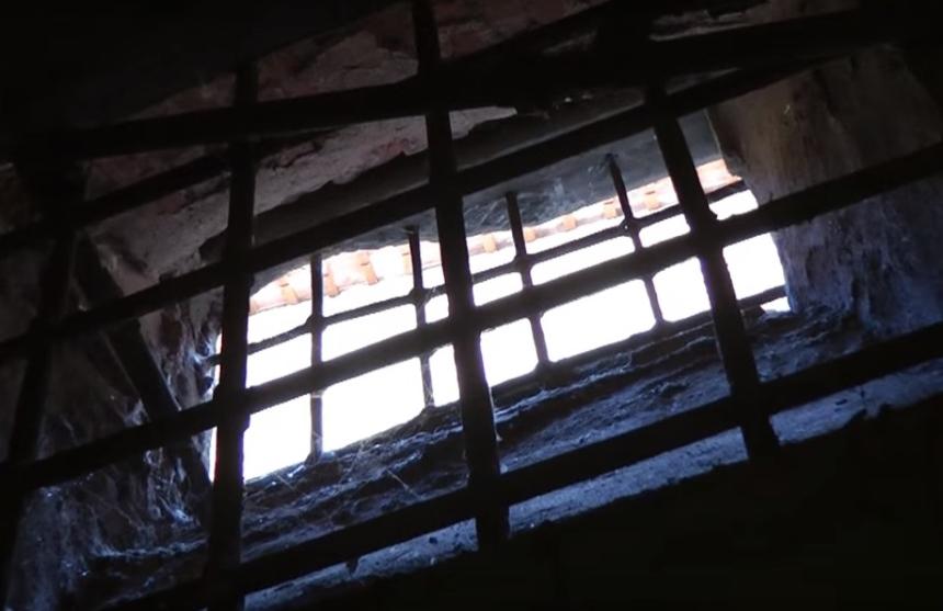 фото решетки в подвале, где находится пыточная