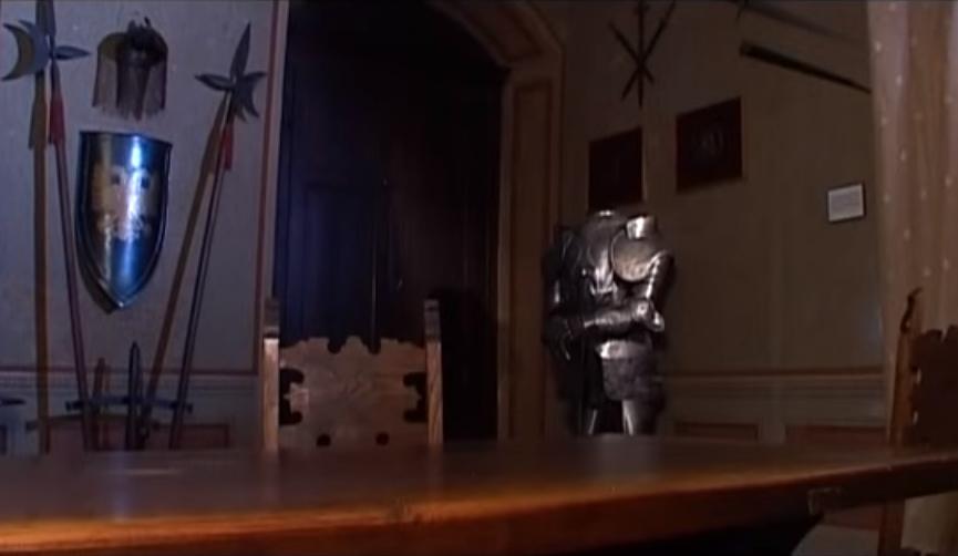 фото знаменитого зала и стола в замке Sorci