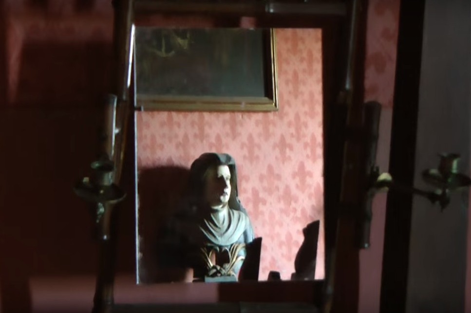 фото зеркала в комнате командующего