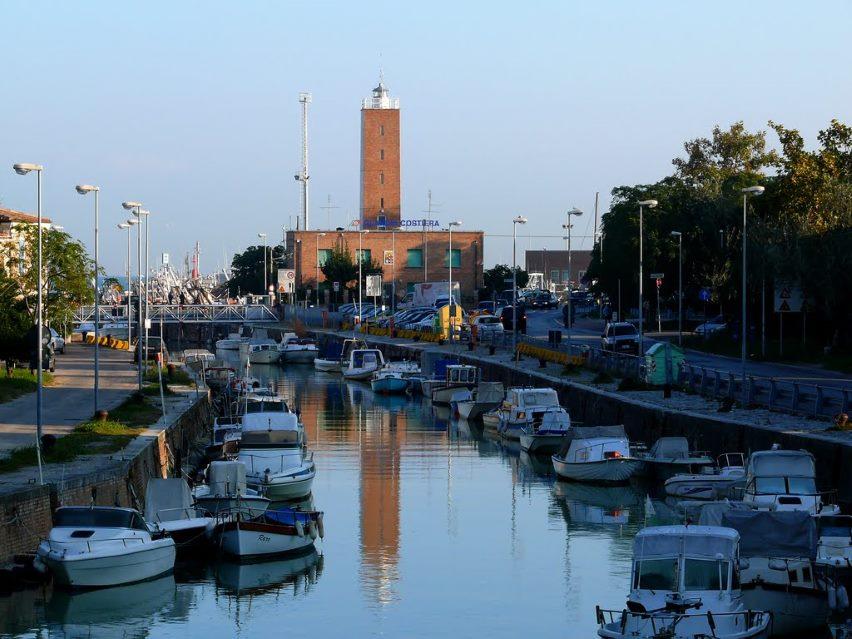 фото маяка в порту Фано