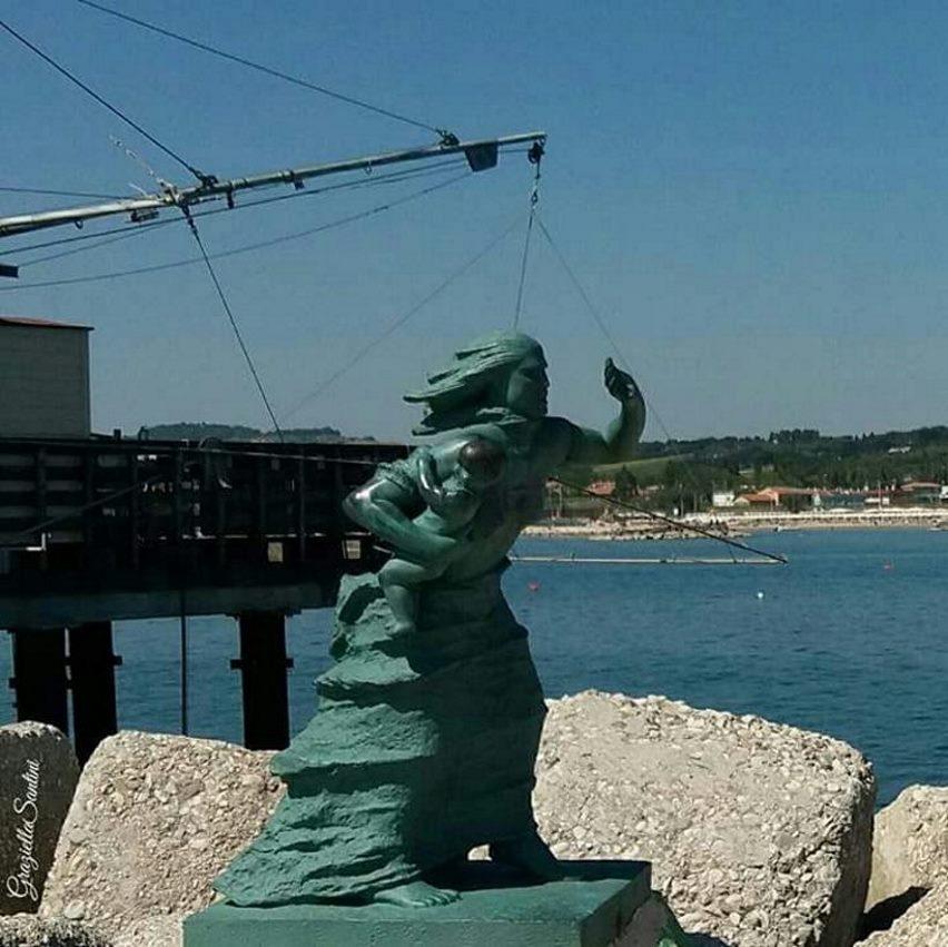 фото памятника женам погибших моряков в порту Фано