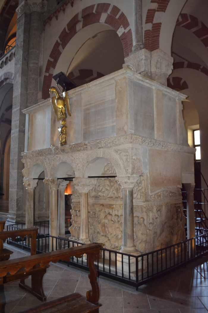 фото римская кафедра (XIIвек), под ней - саркофаг Стилихона ( 358-408 годы) Милан