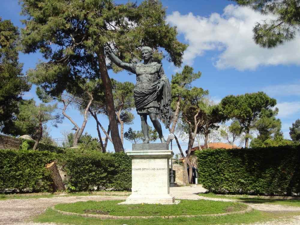 фото монумента Цезарю в Фано