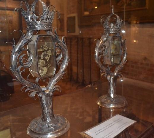 фото сосудов со святыми мощами в базилике Св.Амброзио