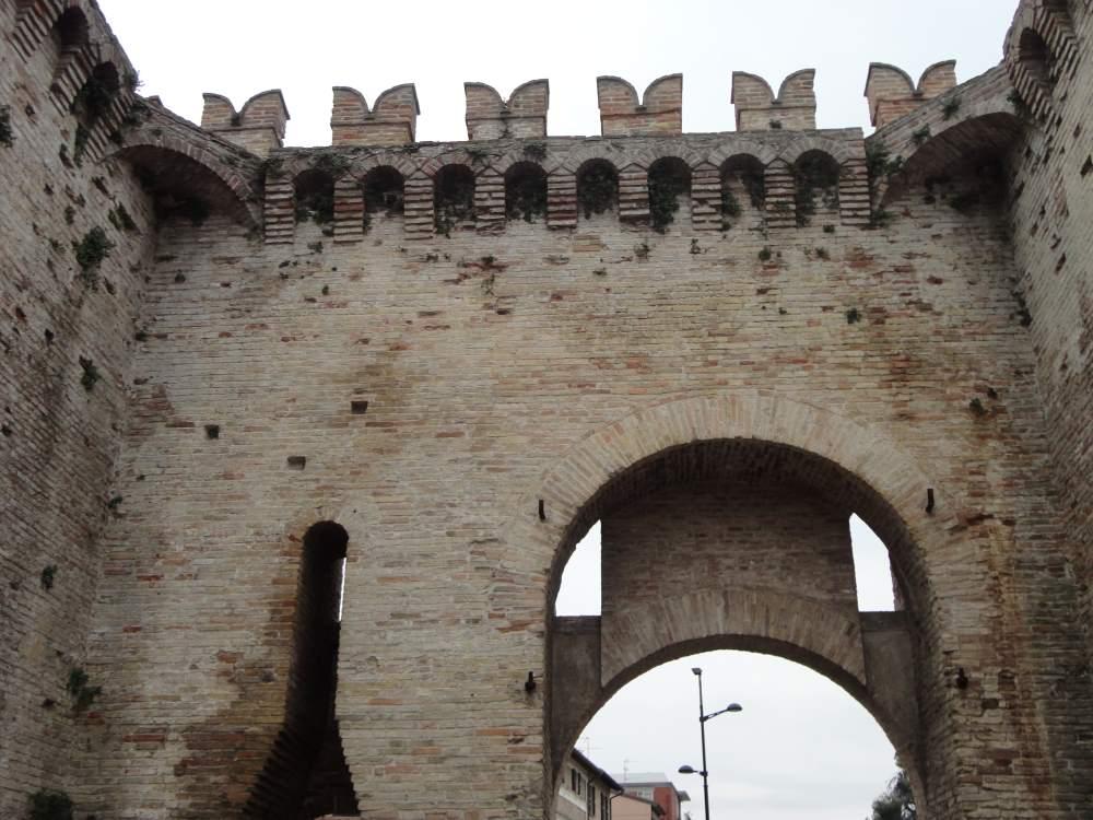 Фото сохранившегося фрагмента крепостной стены, город Фано