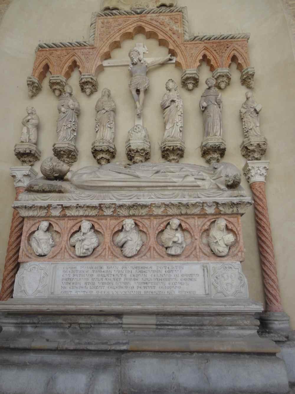 фото Томба ( могила) Бьянки-жены Пандольфо Малатеста