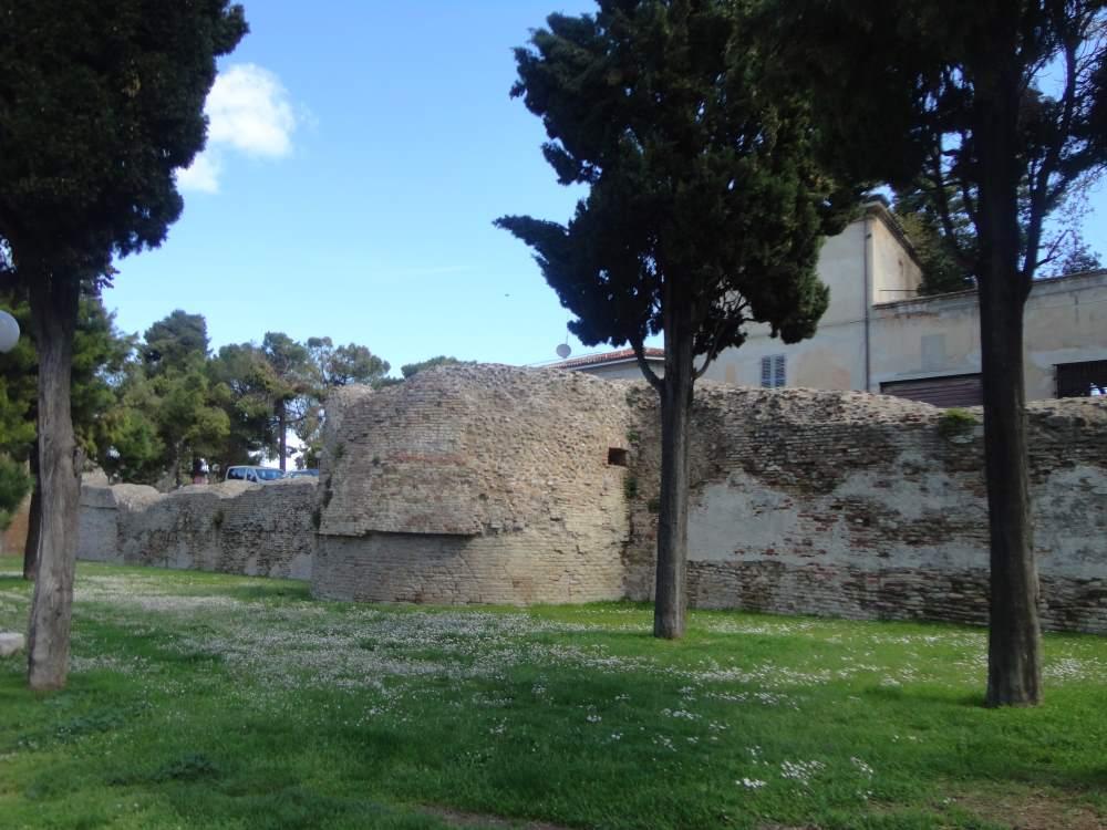 фото крепостных стен город Фано