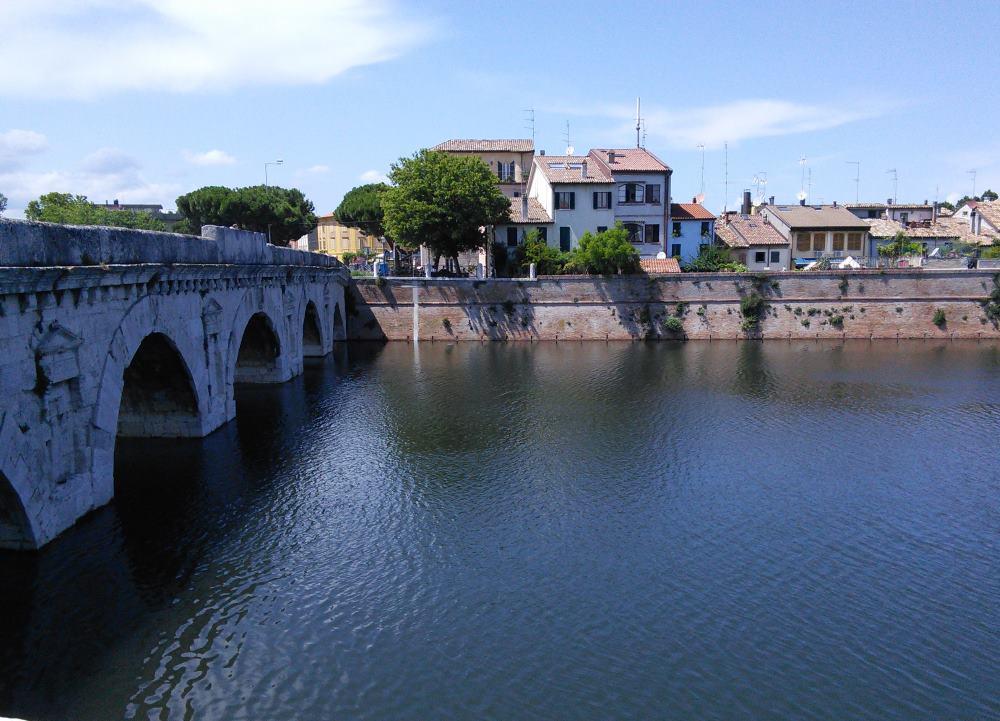 фото Моста Тиберия через реку Мареккья и видом на Борго Римини