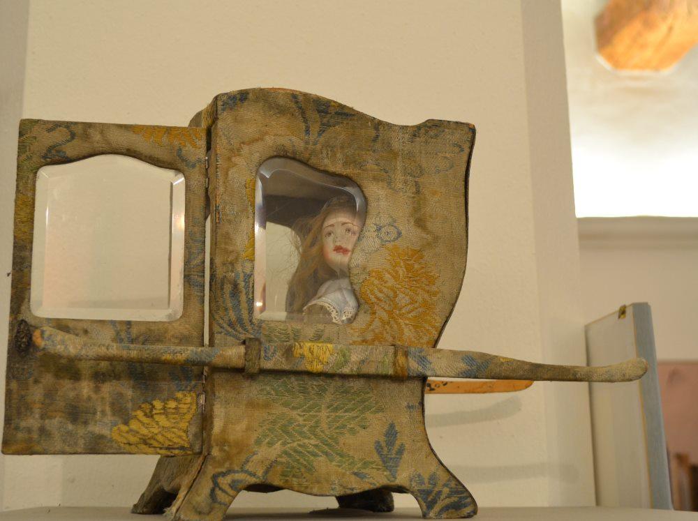редкая игрушка - фото старинного кукольного портшеза в музее кукол в Равенне