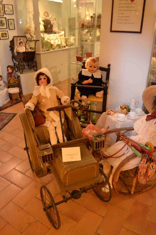 фото старинного кукольного авто в музее кукол в Равенне