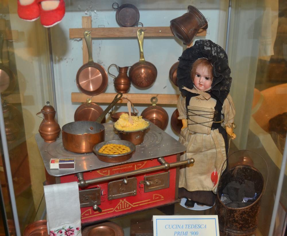 фото кукольной немецкой кухни в музее кукол в Равенне