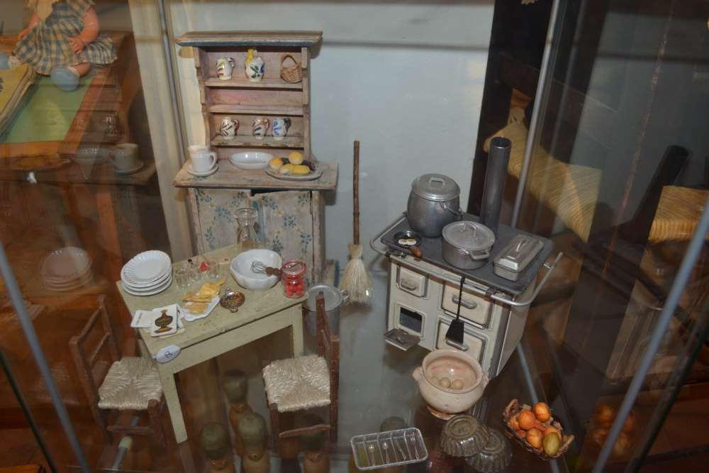 фото миниатюрной кукольной кухни в музее кукол в Равенне