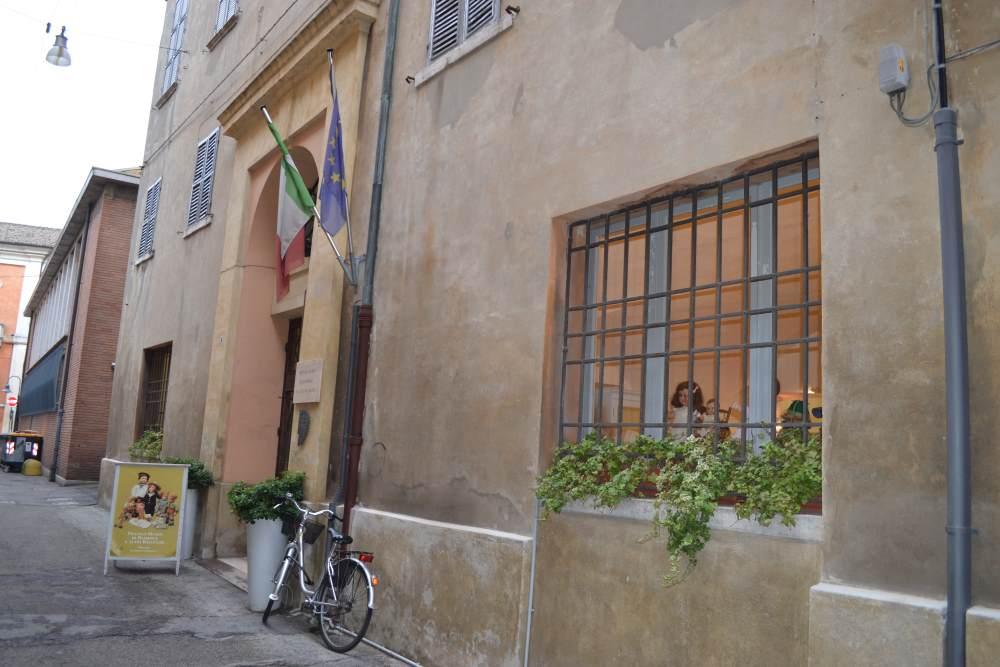 Фото входа в музей кукол в Равенне