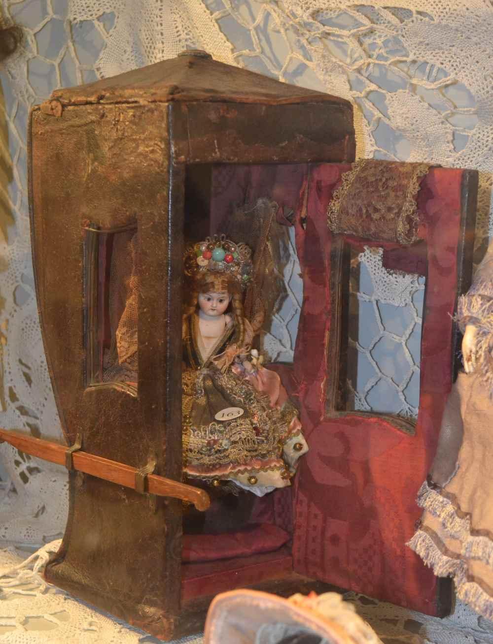 фото еще одного портшеза, старинного-престаринного в музе кукол Равенны