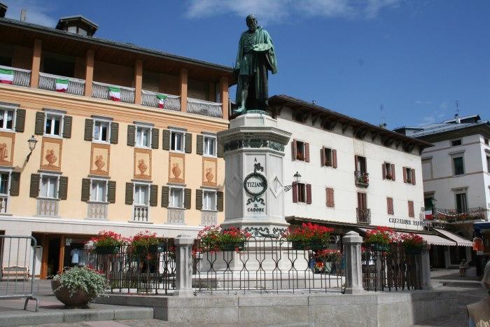 Памятник Тициану на площади в Pieve di Cadore Bnfkbz