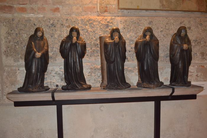 фото фигурок монахов в базилике Св.Амброзио Милан