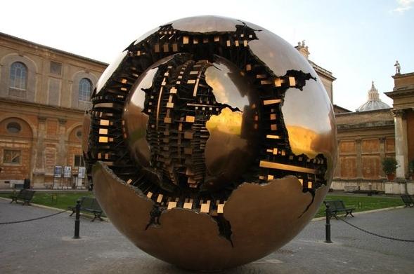 фото Сфера в сфере, Арнальдо Помодоро. Ватикан