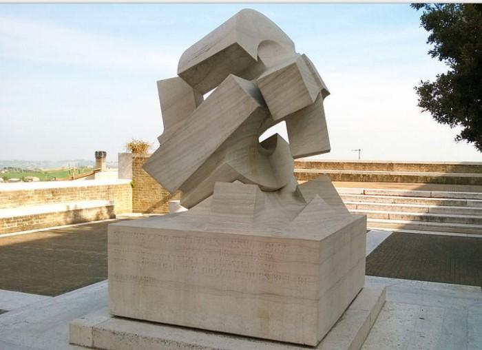"""фото """"Свергнутое солнце"""", Джио Помодоро. Установлена на месте, где стоял дом художника"""