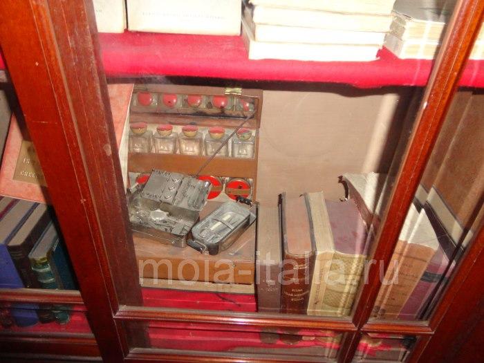 фото Шкафа с медицинскими препаратами и шприцем на вилле Муссолини в Преддапьо