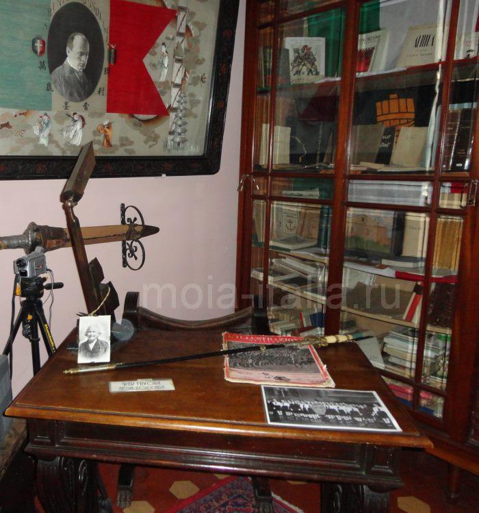 фото кабинета Муссолини. На столе секретаря лежит его сабля.