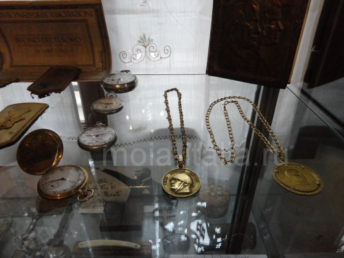 фото часов, принадлежавшие Муссолини на вилле в Преддапьо. Открытые слева - золотые, подарок Гитлера