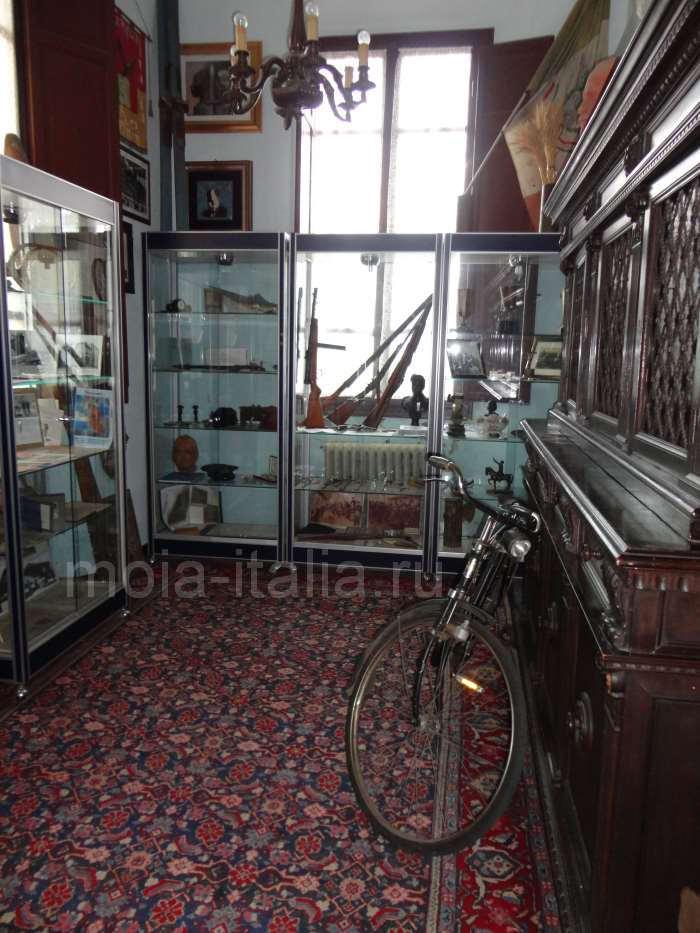 фото Шкафов с охотничьими ружьями, принадлежавших Муссолини на вилле в Преддапьо