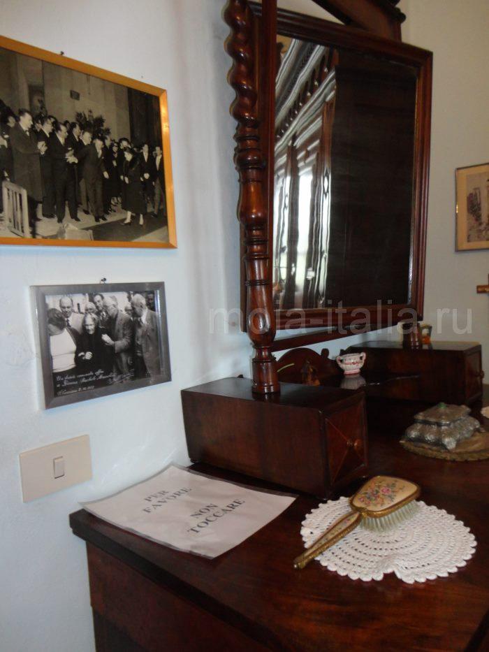 фото зеркала, в котором появляется лицо Муссолини
